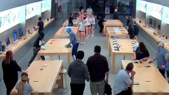 Roban en una Apple store en sólo unos segundos y con los clientes dentro
