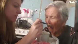 Una mujer que sufre Alzheimer reconoce a su nieta