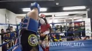 Espectacular nocaut de Carlos Machado, peleador de muay thai al que le falta un brazo.
