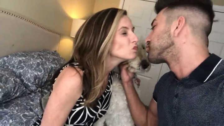 Un youtuber besa en la boca a su mamá para conseguir más visitas