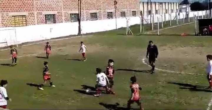 Candelaria Cabrera tiene 8 años y juega en Huracán de la Liga Casildense. (Twitter)