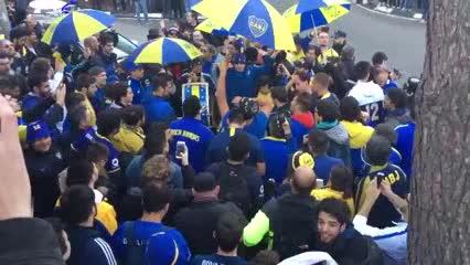 Más de 200 hinchas en la puerta del hotel de Boca en Madrid (@La12tuittera)