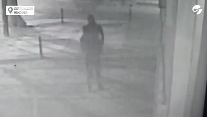Video - Mendoza: un policía baleó a un delincuente que intentó asaltarlo