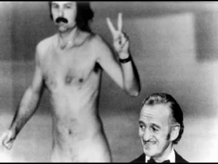1974 Detrás Del Presentador David Niven Aparece Corriendo Una Persona Desnuda