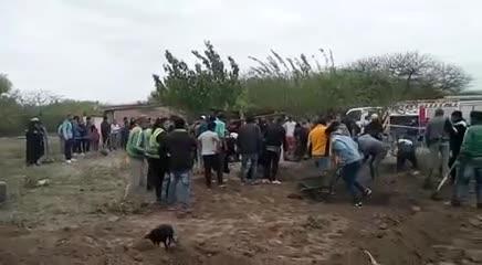 Vecinos excavan el pozo para intentar rescatar a la beba de 1 año en Santiago del Estero.