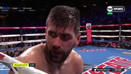 Canelo Álvarez derriba a Rocky Fielding en el segundo round