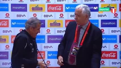 Video: Tabárez recibió una plaqueta conmemorativa tras llegar a los 200 partidos como DT de la selección uruguaya.