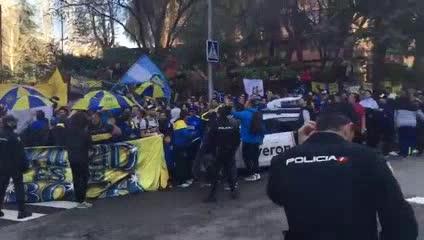 Los hinchas de Boca esperan al plantel en la puerta del hotel Eurostar Suites Mirasierra, de Madrid (Diario as)