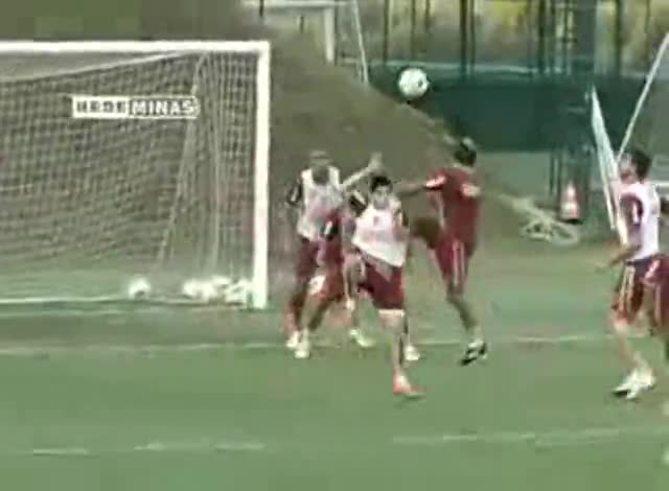 Mirá el golazo de chilena de Ronaldinho, durante la práctica.