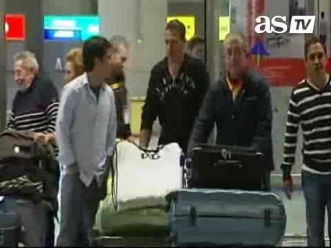 Mirá la llegada de Demichelis, junto a su mujer, a Málaga. (As.com)