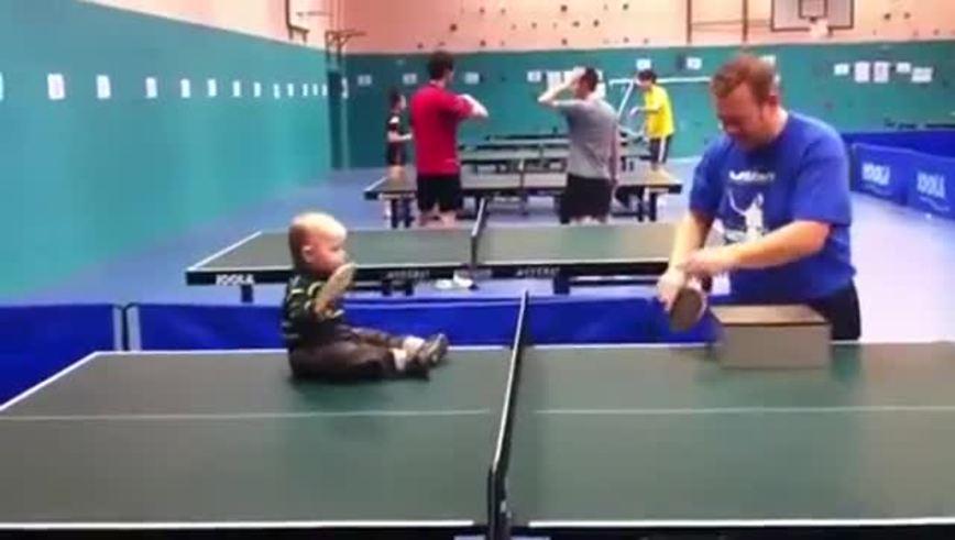 Mirá a un bebé de 18 meses que la tiene clara con el ping pong.