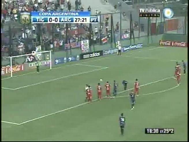Lema hizo el gol de penal de Tigre.