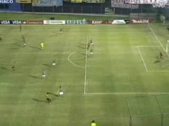 Pablo Caballero puso el 1-0 de Guaraní, de penal.