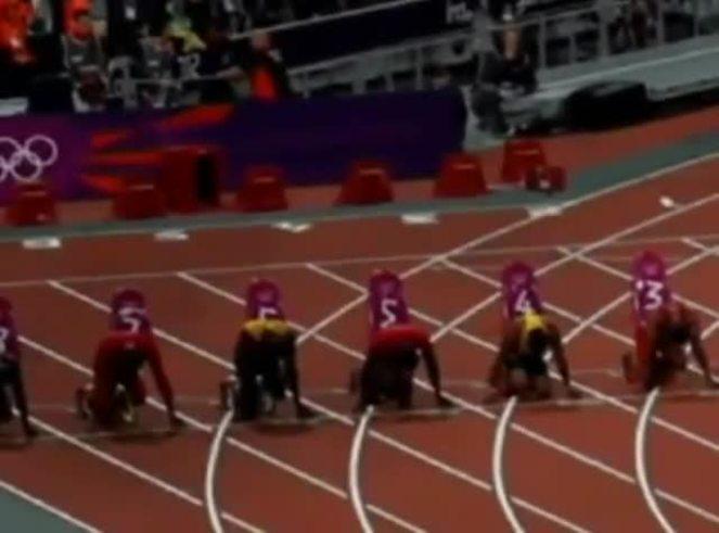 Mirá cómo Ashley Gill le arroja una botella a Usain Bolt en Londres.