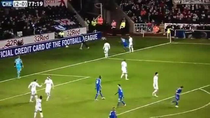 La increíble patada de Hazard a un alcanzapelotas del Swansea.