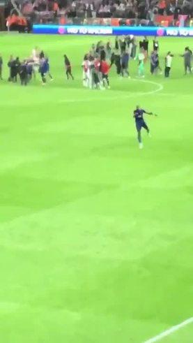 ¡Pogba bailó con los hinchas del United después de ganar la Europa League!