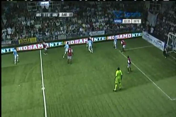 Mirá la agarrada de Ruggeri contra el uruguayo Alvez.