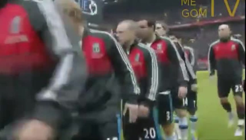 Luis Suárez no le quiso dar la mano a Evra.