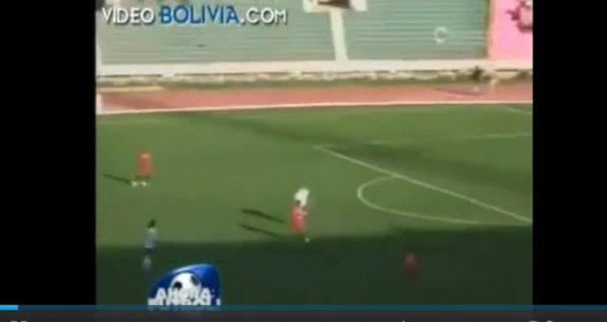 El arquero Carlos Arias atajó un penal repetido tres veces por el árbitro. Mirá el video.