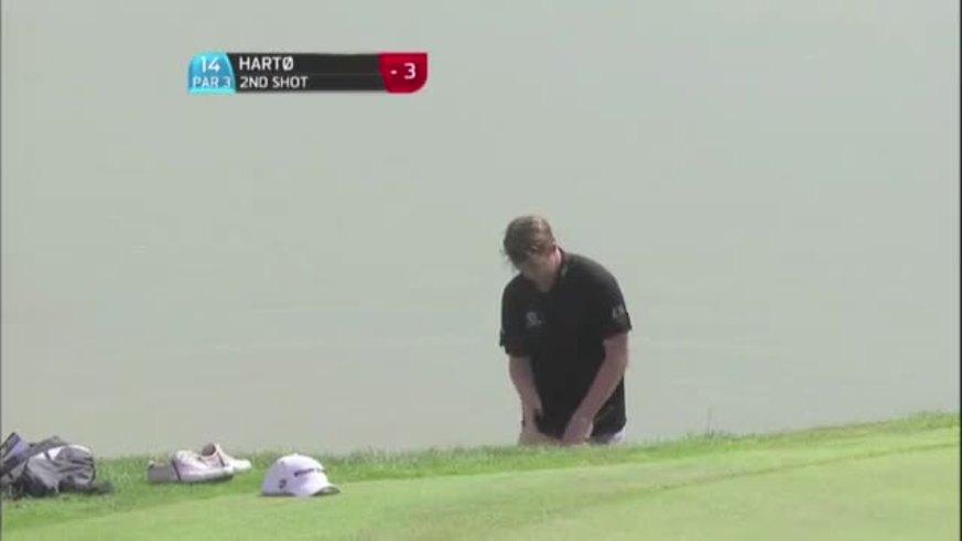Golfista se tuvo que sacar los pantalones para pegarle desde el agua.