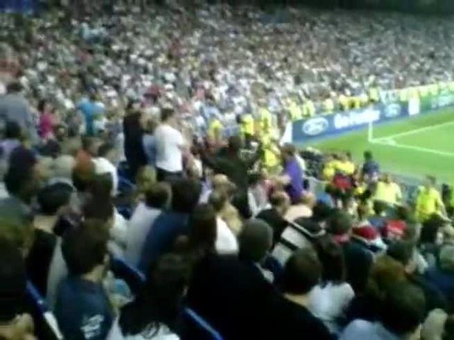 Liam Gallagher en el Santiago Bernabeu festejando la victoria parcial del City.