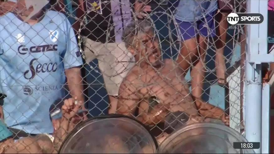 No paraban de insultar a Caruso y pusieron una valla policial