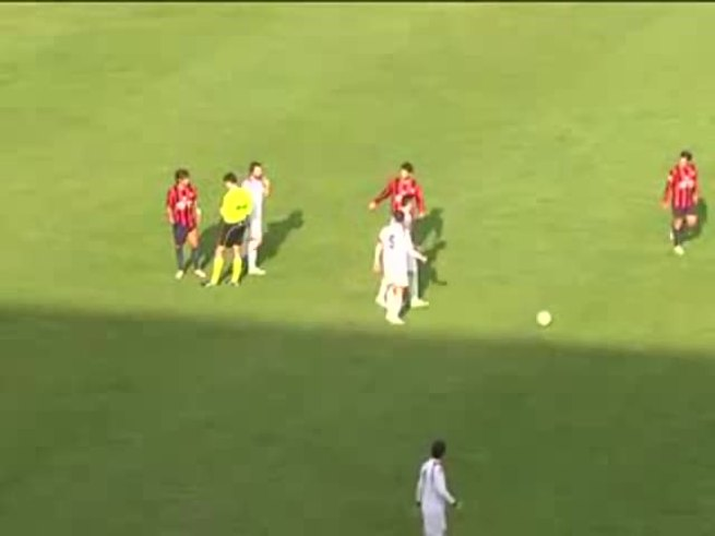 Un DT italiano enloqueció y le pegó a su jugador.