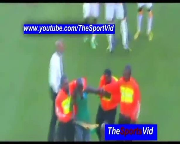 El árbitro fue golpeado con una vuvuzela en pleno partido