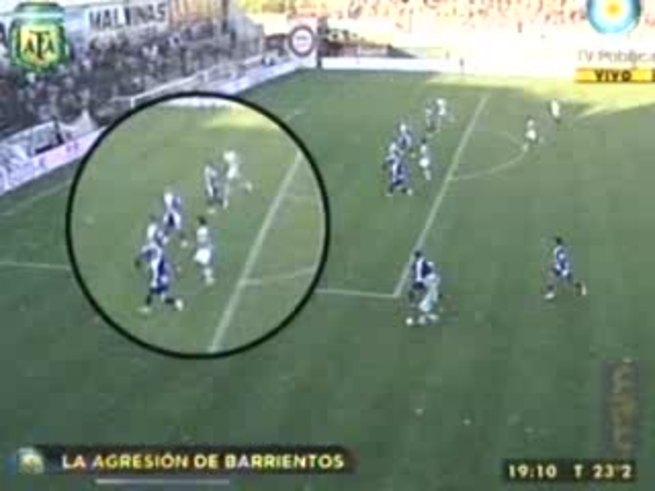 El tremendo codazo de Barrientos a Ramírez. (Canal 7).