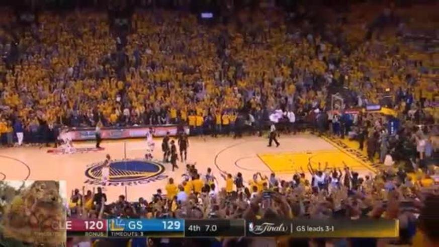 Saludo entre Durant y LeBron y el festejo de Golden State