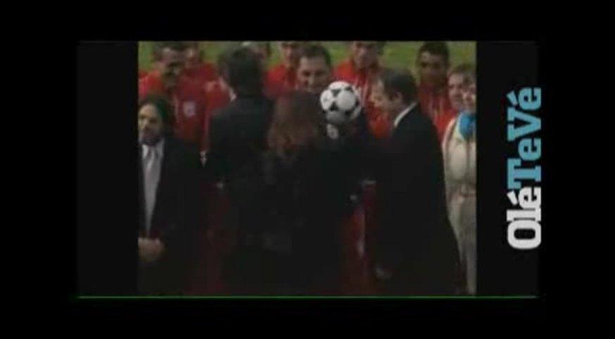 Cristina se animó con la pelota en Morón