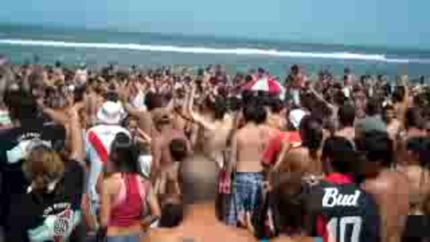 Los hinchas de River empezar la previa en la playa.