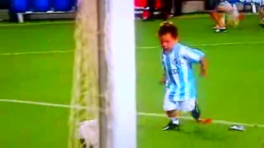 Mirá al hijo de Demichelis haciendo un gol.