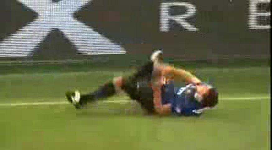 Calentito como estaba, Totti lo atendió feo a Balotelli y se tuvo que ir a duchar.