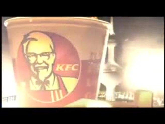 La Pulga mordiendo una pata de pollo frito y hablando árabe.