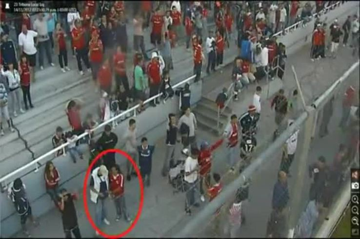 Mirá quiénes son los que tiraron las bombas de estruendo y les pegaron a los hinchas.