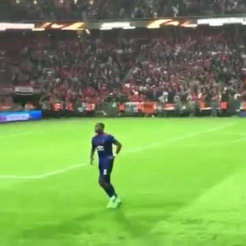 Pogba bailó para los hinchas del Manchester United. ¿Qué tal?