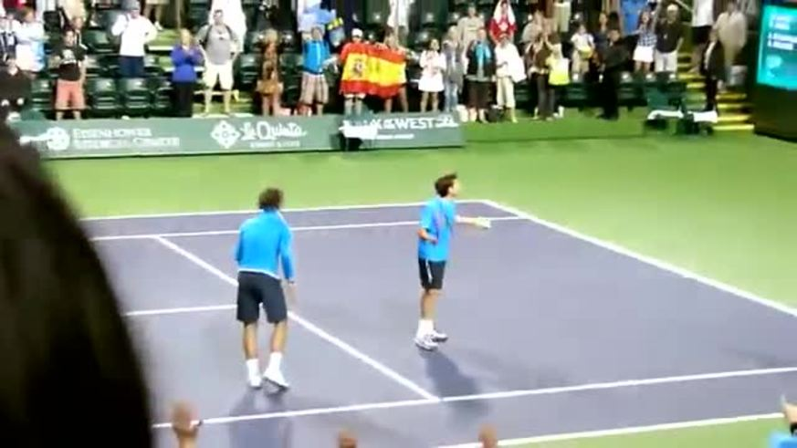 Rafa Nadal revoleó pelotas, pero un fanático terminó golpeado.