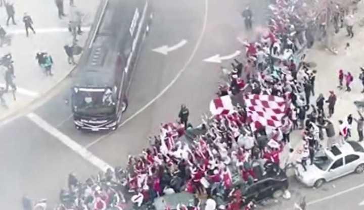 La despedida de la gente de River al plantel rumbo a La Plata