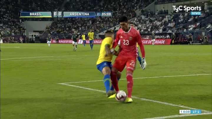 Andrada intentó salir pisando la pelota