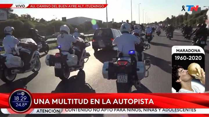 El cortejo fúnebre de Maradona sigue su recorrido por Autopista Acceso Oeste