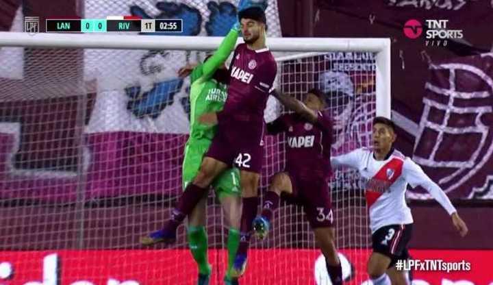 El gol anulado a Lanùs por falta a Armani