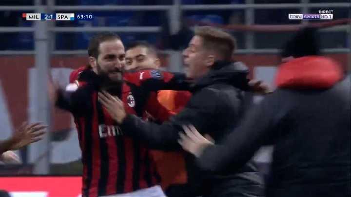 Higuaín metió el segundo del Milan