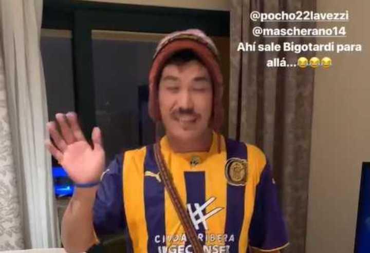 ¡El hincha japonés de Central saludó a Masche y al Pocho!