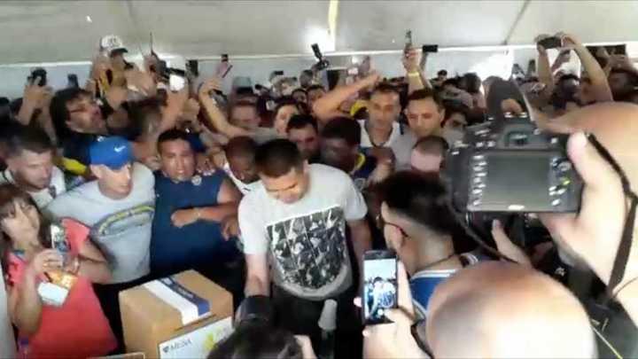 Riquelme votó acompañado por una multitud