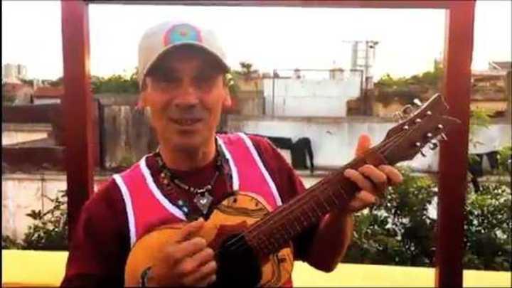 Manu Chao les canta a River y Boca