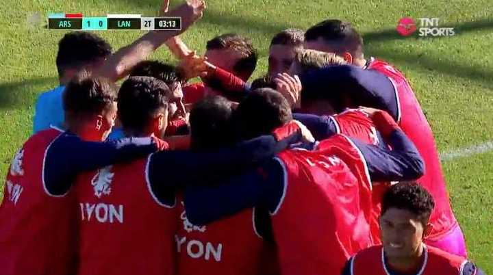 Arsenal aprovechó el error en la salida de Lanús para el 1-0