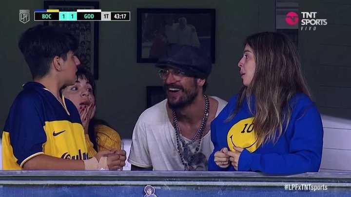 Dani Osvaldo con las hijas de Maradona mirando el partido