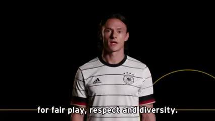 Los jugadores alemanes recuerdan el cierre del campo de exterminio de Auschwitz-Birkenau