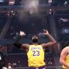 El ritual de LeBron James se repitió en Cleveland